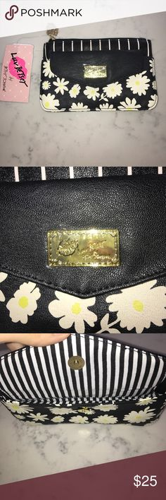 💫🆕 Betsey Johnson Floral Bag💫 Brand new with tags perfect for a gift as well! In excellent condition will post measurements soon Betsey Johnson Bags Mini Bags