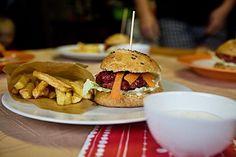Hamburger z červené řepy - http://receptydetem.cz/hamburger-z-cervene-repy/