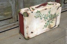 "Корзины, коробы ручной работы. Ярмарка Мастеров - ручная работа. Купить Интерьерный чемодан ""Любимый плющ"". Handmade. Оливковый, плющ Painted Suitcase, Vintage Suitcases, Vintage Box, Photo Wall, Fairy Gardens, Daisy, Ideas, Craft, Suitcases"