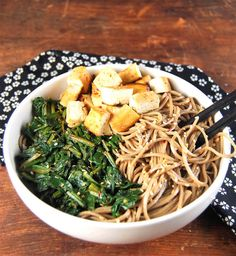 Healthy Sesame soba noodle bowl with spinach and tofu Vegetarian Lunch, Vegetarian Recipes, Vegetarian Options, Edamame, Healthy Meals For Two, Healthy Eating, Eating Vegan, Healthy Food, Clean Eating