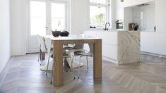 Keuken met houten vloer - hongaarse puntvloer via Uipkes houten vloeren