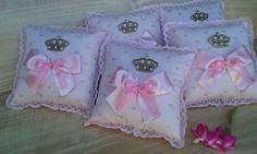 Almofada perfumada com tecido cor de rosa com estampa em dourado. Medidas 15x15cm Throw Pillows, Tejido, Block Prints, Colors