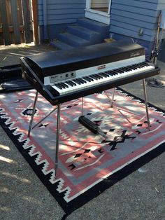 79 Fender Rhodes stage model...I had one of these for so many years! Oh, I had 2. They're heavy