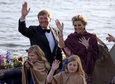 De koning en koningin met hun dochters tijdens de Koningsvaart.