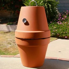 You can make a smoker form terra cotta pots 😱! via Nifty OutdoorsTurn terra-cotta pots into a BBQ smoker with just a few modifications! Diy Smoker, Homemade Smoker, Homemade Heater, Simple Life Hacks, Clay Pots, Outdoor Cooking, Outdoor Projects, Flower Pots, Flowers Garden