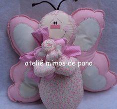 Almofada feita em tecido 100% algodão com enchimento antialérgico. Almofada em formato de borboleta com borboletinha filhotinho. R$ 123,48