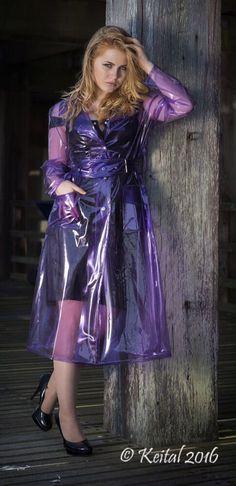 Blondine im violettem PVC Regenmantel