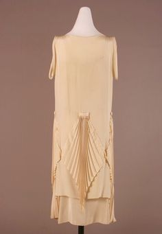 Dress, Place of Creation: United States Material: Crepe (Textile). 20s Fashion, Art Deco Fashion, Fashion History, Vintage Fashion, Fashion Design, Art Deco Clothing, Vintage Clothing, Elsa Schiaparelli, 1920s Dress