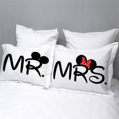 Fundas para almohada personalizadas Mr & Mrs Disney,. Contacto: Facebook Wambi Craft