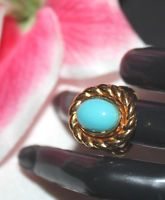 LOVELY TRIFARI SIGNED LARGE STATEMENT RING SET IN GOLD TONE WITH LUCITE STONE