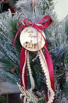 Στολίστε το με κορδέλες και κορδόνια και χαρίστε το σε φίλους. Μάθετε πως να το κατασκευάσετε στο άρθρο μας. #gouria2020 #xmascharms #xmas2020 #christmas2020 #diyxmas #gouria #barkasgr #barkas #afoibarka #μπαρκας #αφοιμπαρκα #imaginecreategr Diy Xmas, Handmade Christmas Decorations, Holiday Decor, Christmas Home, Christmas Crafts, Christmas Ornaments, Christmas Ideas, Lucky Charm, 4th Of July Wreath
