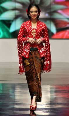 """Kebaya kutubaru with selendang. In Indonesia """"selendang"""" is a type of traditional Islamic hijab that are available to Islamic women.It is a scarf which is used to cover the head, including hair and ears mainly as an accessory rather than a strict religious headwear. It can be loosely draped around the shoulder or around the head, need not cover the hair or the ears and a multi-purpose shoulder sash that can be tied around the shoulders to carry infants and groceries, or draped over the head."""