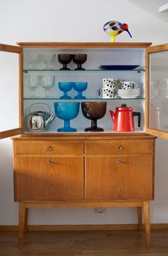 i love the colours in the cabinet totally fresh and vibrant! Vintage Kitchenware, Cabinet Furniture, Retro Home, Glass Collection, Midcentury Modern, My Dream Home, Home Furnishings, Small Spaces, Sweet Home