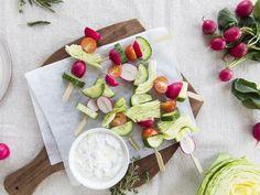 Salade op een stokje    Salade op een stokje ziet er extra leuk uit en is handig om te serveren bij grotere groepen. Je kunt met alle soorten groenten variëren of voor deze frisse versie kiezen met ijsbergsla, cherrytomaat, radijs en komkommer.