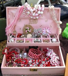 Remembering my mother. Looks like her old jewelry box Old Jewelry, I Love Jewelry, Jewelry Box, Vintage Jewelry, Jewelry Making, Vintage Accessories, Jewelry Ideas, Vintage Girls, Vintage Stuff