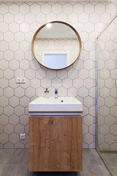 Minimlaisticky pojatá kouplena s hexagonovýi kachličkami Vanity, Mirror, Bathroom, Furniture, Home Decor, Dressing Tables, Washroom, Powder Room, Decoration Home