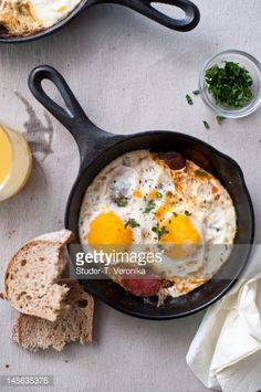 Shirred Eggs with Ham and Tomato .for weekend brunch Second Breakfast, Breakfast Time, Brunch Recipes, Breakfast Recipes, Breakfast Ideas, Brunch Food, Yummy Recipes, How To Cook Ham, Egg Dish