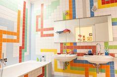 couleur salle de bain taquine et optimiste: carrelage en couleurs