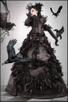 """Juste pour une idée """"Black Crow"""" Robe noire en dentelle, haut noir en dentelle Plumes noires Mini ailes si j'ai le temps Maquillage noir Plumes noires dans les cheveux Collants tattoos du dolorama Souliers noirs VOILÀ"""