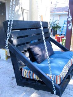 Outdoor Pallet Projects Pallet Swing Bench - You can hang a pallet porch swing from the ceiling and enjoy a quite morning coffee. Dangle a pallet swing bench from a sturdy tree in the yard so the kids can Pallet Crafts, Diy Pallet Projects, Pallet Ideas, Home Projects, Pallet Designs, Old Pallets, Recycled Pallets, Wooden Pallets, Painted Wood Pallets