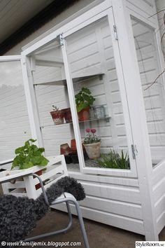 Hemmabyggt växthus till vår balkong. Efter att ha sett ett liknande miniväxthus på tv-programmet Bygglov har tanken funnits där.