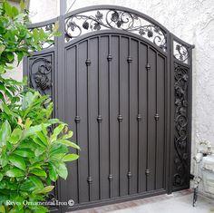 Iron Main Gate Design, House Main Gates Design, Fence Gate Design, Steel Gate Design, Front Gate Design, Gate Designs Modern, Garden Gates And Fencing, Balcony Grill Design, Door Design Interior