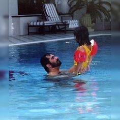 Mohammed bin Rashid bin Saeed Al Maktoum con su hija, Futaim bint Mohammed bin Rashid Al Maktoum. Vía: alk7aileh_almaktoum