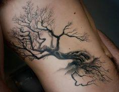Tatouage arbre noir élégant sur les côtes