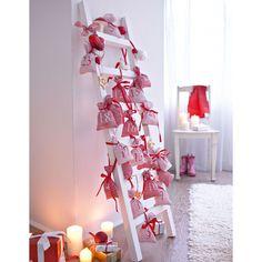 """Zum Befüllen mit Überraschungen: Adventskalender """"Leiter"""". Bestehend aus 24 rot-weiß gestreiften Baumwollsäckchen mit glänzendem Bindeband und einer zusammenklappbaren Deko-Leiter aus Holz. #Adventskalender #Weihnachten #Impressionenversand"""
