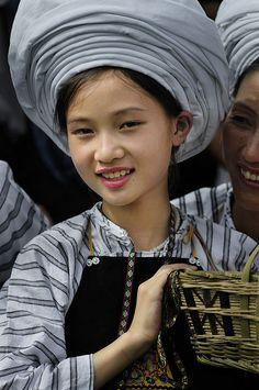 Chica con traje tradicional buyi; de Guizhou (China).