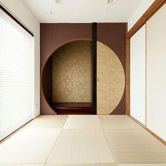 の無垢材/漆喰/琉球畳/仏間/壁/天井についてのインテリア実例を紹介。「月をイメージした床の間と仏間です。右側の扉の向こうに仏壇があります。」(この写真は 2017-02-17 06:33:19 に共有されました) Japanese Living Rooms, Japanese House, Minimalist Interior, Minimalist Living, Style At Home, Tatami Room, Japan Interior, Bamboo Furniture, Interior Decorating