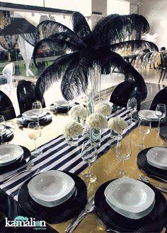 www.kamalion.com.mx - Centerpiece / Centros de Mesa / Flores / Gatsby / Plumas / Feathers / Negro y Dorado / Black and Gold / Table setting / Flower decor / Decor / 20's / Art deco / Gatsby Party.
