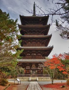 The Pagoda of Ninna-ji Temple in Kyoto! This pagoda was constructed in the 21st year of the Kanei era (1644). It is 36.18 meters high. The massive pagoda is supported by the Shin-bashira main pillar in the centre which is surrounded by the four Tenchu pillars.