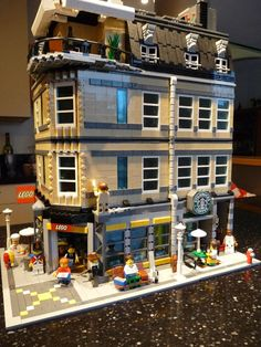 lego store mocs | The building has 4 levels and a rooftop, so in total 10…
