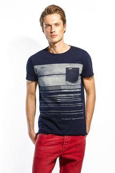 O manequim mede 1,88cm e veste o tamanho L. Mens Polo T Shirts, Mens Tees, Kids Shirts, Cool T Shirts, Tee Shirts, Shirt Print Design, Shirt Designs, Modern Mens Fashion, Camisa Polo