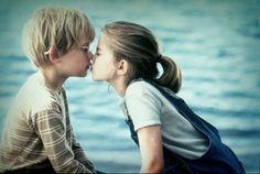 No olvides nunca que el primer beso no se da con la boca, sino con los ojos. El primer beso es mágico, el segundo íntimo, el tercero rutinario.  El más difícil no es el primer beso, sino el último.