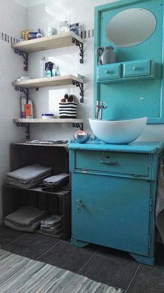 Badkamer kast van oud kastje  Kratjes als handdoek kast Waskom met waterval kraan  Onze badkamer