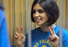 """2-Nov-2013 11:21 - LID PUSSY RIOT AL DAGEN VERMIST. Een van de dames van de Russische protestband Pussy Riot is vermist sinds ze is verplaatst naar een andere gevangenis. De familie van de 23-jarigeNadya Tolokonnikova zegt al 10 dagen niets van haar te hebben vernomen. Tolokonnikova werd uit haar cel gezet, omdat ze in hongerstaking ging tegen de gang van zaken in de gevangenis. """"Niemand weet waar ze nu is"""", zegt haar vader tegen Buzzfeed. """"We weten niet hoe het met haar gezondheid..."""