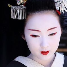 A trainee geisha - called a maiko! Geisha Samurai, Geisha Art, Geisha Makeup, Japanese Beauty, Asian Beauty, Memoirs Of A Geisha, Kyoto Japan, Japan Art, Nihon