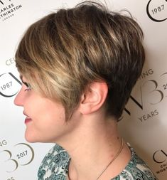 Short Feathered Pixie with Balayage Wedge Hairstyles, Short Layered Haircuts, Short Hairstyles For Thick Hair, Haircut For Thick Hair, Short Hair Cuts, Cool Hairstyles, Short Hair Styles, Choppy Haircuts, Woman Hairstyles