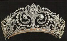 The Fleur de Lis is said to be one of the most cherished by the Spanish Royal Family.   It was a present given by King Alfonso XIII to Queen Victoria Eugenia, who worn it at their wedding, on the 31st of May 1906.  The tiara is made of platinum and diamonds. The tiara has a sort of hinges that makes possible to use it opened or closed.