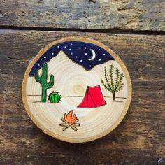 Wood burned and painted desert camping scene ornament or magnet. Rustic wood slice with campfire, te Wood burned and painted desert camping scene ornament or magnet. Rustic wood slice with campfire, te Wood Burning Crafts, Wood Burning Patterns, Wood Burning Art, Wood Crafts, Diy Crafts, Decor Crafts, Stone Painting, Painting On Wood, Painted Rocks