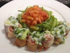 Talharim #Dukan de abobrinha com rolinhos de frango, do Julio Santana. Ingredientes: 1 abobrinha, 1 tomate, orégano, sal e cebolinha, 2 colheres de iogurte desnatado, 1/2 filé de peito de frango, 50g de presunto magro