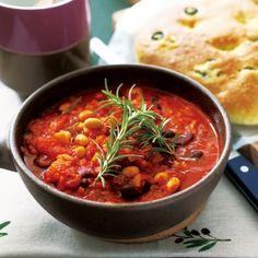 大豆、レッドキドニーのほか、玉ねぎやセロリ、ベーコンも入った具だくさんスープ。
