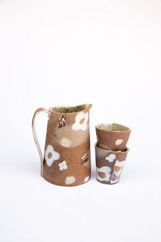 White Flowers porcelain Inlay Pitcher Set that comes with two mini party tumblers to hold your favorite beverage or flowers for your kitchen. Slab Pottery, Pottery Vase, Ceramic Pottery, Ceramic Mugs, Ceramic Bowls, Sculpture Clay, Ceramic Sculptures, Handmade Pottery, Handmade Ceramic
