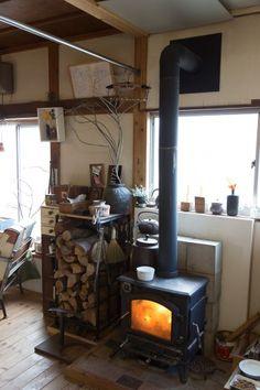 薪ストーブは、入居後に新しく買ってきて据え付けたもの。薪をストックしてある棚は横溝さんの手作り。