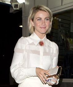 Susie-Styles_How-To-Find-The-Right-White-Shirt-For-You_-Classic-White-Shirt_Brooch.jpg (374×450)