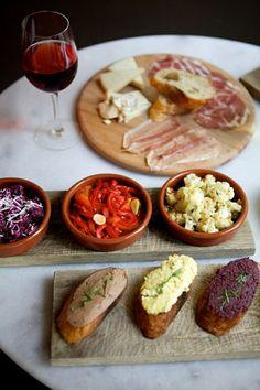queijo, vinho, pães e patês