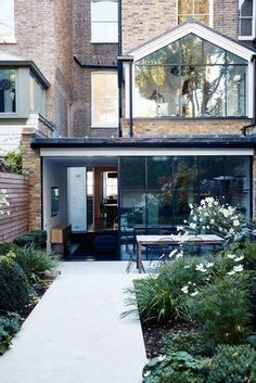 Designer Sarah Stewart-Smith adds modern textures and pristine finishes to a Victorian terraced house Terraced House, Victorian Terrace House, Victorian Homes, Terrace House Exterior, Architecture Renovation, Architecture Design, Fashion Architecture, Extension Veranda, Glass Extension