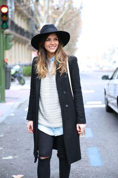 Look boho con abrigo de paño, sombrero fedora, cubrebotas étnico y jersey de punto